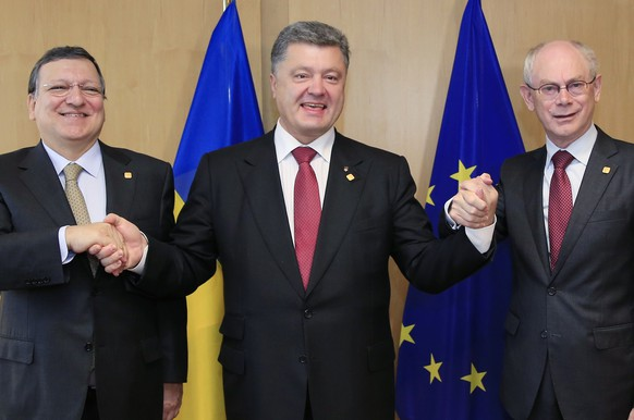"Ukraine's President Petro Poroshenko (C) poses with European Commission President Jose Manuel Barroso (L) and European Council President Herman Van Rompuy at the EU Council in Brussels June 27, 2014. Ukraine President Petro Poroshenko said the June 27, 2014 signing of an association accord with the EU marked a ""historic day"" that offered his ex-Soviet country a fresh start after years of political instability. AFP POOL / STRINGER"