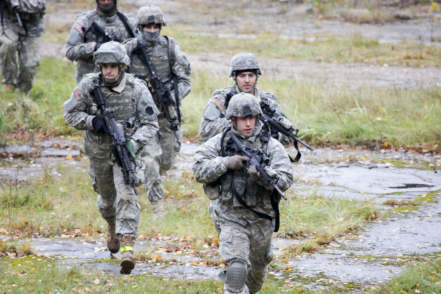 U.S. Army soldiers train during an exercise at the Adazi Training Area, Latvia October 20, 2010. The United States will send about 600 U.S. troops to Poland and the three Baltic states to take part in exercises in the coming days to reassure NATO allies following Russia's seizure of the Crimean region from Ukraine, the Pentagon said April 22, 2014. Picture taken October 20, 2010.  U.S. Army/Sgt. Stephen A. Gober/Handout via Reuters (LATVIA - Tags: MILITARY POLITICS) ATTENTION EDITORS - THIS PICTURE WAS PROVIDED BY A THIRD PARTY. REUTERS IS UNABLE TO INDEPENDENTLY VERIFY THE AUTHENTICITY, CONTENT, LOCATION OR DATE OF THIS IMAGE. FOR EDITORIAL USE ONLY. NOT FOR SALE FOR MARKETING OR ADVERTISING CAMPAIGNS. THIS PICTURE IS DISTRIBUTED EXACTLY AS RECEIVED BY REUTERS, AS A SERVICE TO CLIENTS