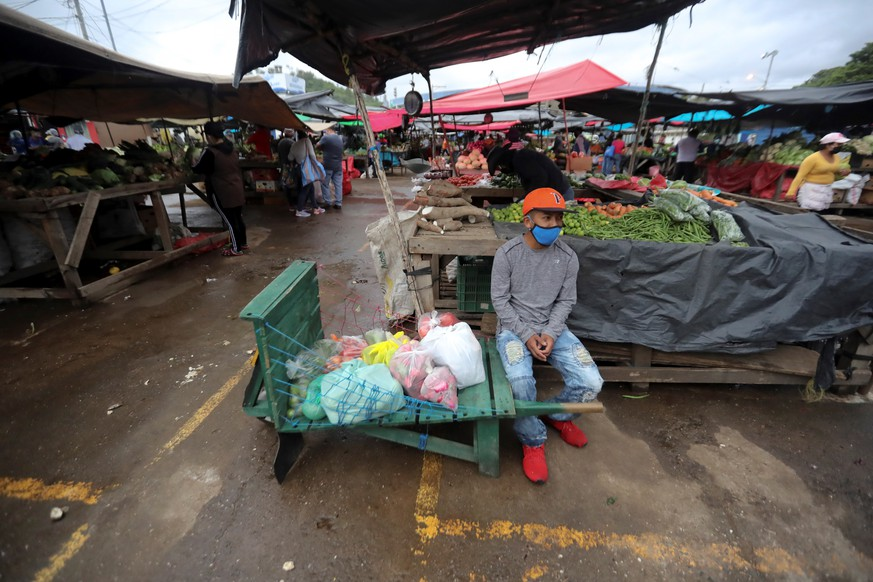 epa08539418 View of a market in Tegucigalpa, Honduras 10 July 2020. The COVID-19 pandemic may exacerbate hunger in Venezuela and in Central American countries such as Nicaragua, El Salvador, Guatemala and Honduras, alerts a report published this Friday by Oxfam.  EPA/Gustavo Amador