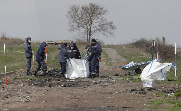 epa04707251 Investigators during working at the crash site of Malaysian Airlines passenger jet MH17 near Donetsk, Ukraine, 16 April 2015. The Malaysian Airlines plane, which was flying from Amsterdam to Kuala Lumpur, was shot down over Ukraine in July. All 298 people on board were killed.  EPA/ALEXANDER ERMOCHENKO