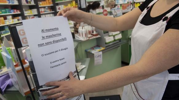 Ein Schild in einer Apotheke in Chiasso weist darauf hin, dass keine Schutzmasken mehr erhaeltlich sind, am Dienstag, 25. Februar 2020. Ich der Schweiz wurde bisher keine Ansteckung mit dem Coronavirus bestaetigt, waehrend die Zahlen der Infizierten im grenznahen Norditalien in den letzten Tagen stark gestiegen sind. (KEYSTONE/Ti-Press/Pablo Gianinazzi)