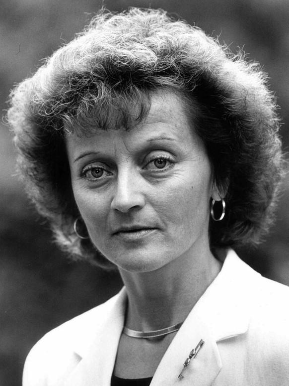 Eveline Widmer-Schlumpf wird am 16. März 1956 in Felsberg geboren. Sie besucht die Bündner Kantonsschule in Chur, die sie 1976 mit der Matura abschliesst. Anschliessend studiert sie an der Universität Zürich Rechtswissenschaften und legt 1981 das Lizenziat ab.