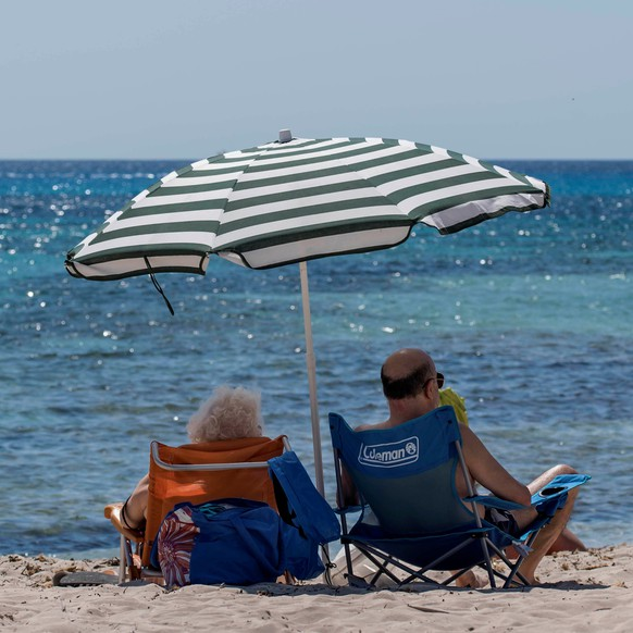 epa08500236 People enjoy a sunny day at Punta Prima beach, in Menorca, Balearic Islands, Spain, 21 June 2020. Spain is entering into what is dubbed the 'new normality' after a total of 98 days of lockdown and emergency measures in a bid to curb the pandemic of the the SARS-CoV-2 coronavirus that causes the COVID-19 disease.  EPA/David Arquimbau Sintes