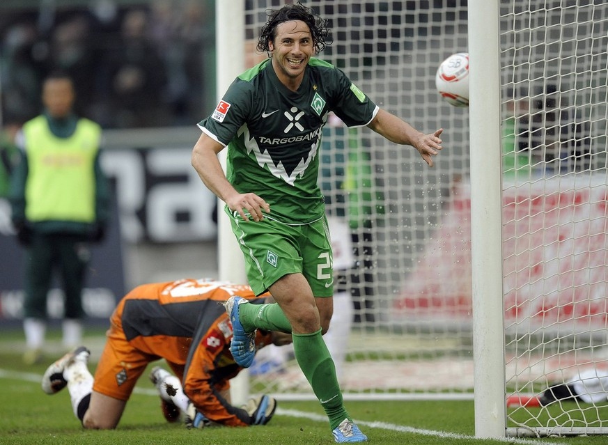 Bremen's Claudio Pizarro of Peru scores his side's fourth goal during the German first division Bundesliga soccer match between Borussia Moenchengladbach and Werder Bremen in Moenchengladbach, Germany, Saturday, Oct. 23, 2010. (AP Photo/Martin Meissner) ** NO MOBILE USE UNTIL 2 HOURS AFTER THE MATCH, WEBSITE USERS ARE OBLIGED TO COMPLY WITH DFL-RESTRICTIONS, SEE INSTRUCTIONS FOR DETAILS **