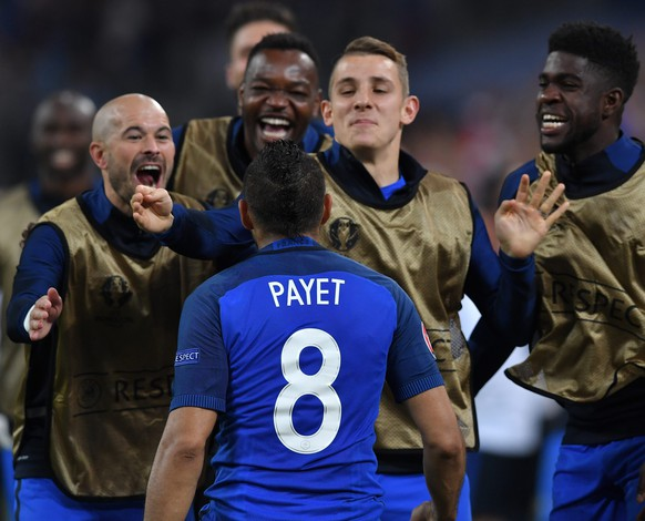 epa05368308 Dimitri Payet (C) of France celebrates with teammates after scoring the 2-0 goal during the UEFA EURO 2016 group A preliminary round match between France and Albania at Stade Velodrome in Marseille, France, 15 June 2016.  (RESTRICTIONS APPLY: For editorial news reporting purposes only. Not used for commercial or marketing purposes without prior written approval of UEFA. Images must appear as still images and must not emulate match action video footage. Photographs published in online publications (whether via the Internet or otherwise) shall have an interval of at least 20 seconds between the posting.)  EPA/PETER POWELL   EDITORIAL USE ONLY