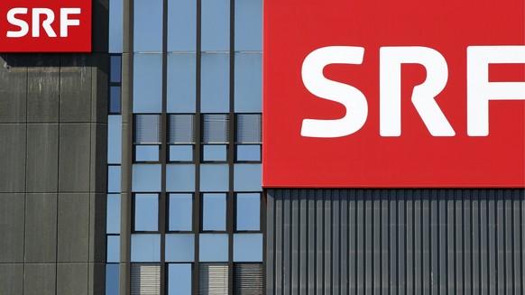 THEMENBILD ZU DEN STELLENSTREICHUNGEN BEIM SCHWEIZER FERNSEHEN SRF --- Das neue SRF Logo haengt am Fernsehstudio Leutschenbach, am Dienstag, 5. April 2011 in Zuerich. (KEYSTONE/Alessandro Della Bella)