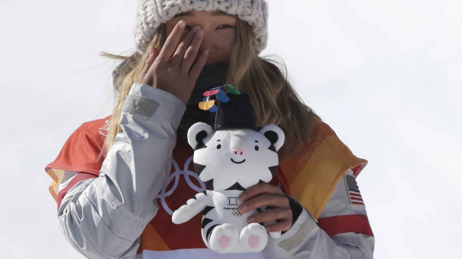epa06519513 Gold medalist in first place, Chloe Kim of the US reacts at the venue ceremony for the winners of the Women's Snowboard Halfpipe final at the Bokwang Phoenix Park during the PyeongChang 2018 Olympic Games, South Korea, 13 February 2018.  EPA/FAZRY ISMAIL