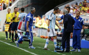 Argentina's Angel Di Maria is substituted off after picking up an injury during their 2014 World Cup quarter-finals against Belgium at the Brasilia national stadium in Brasilia July 5, 2014. REUTERS/Damir Sagolj (BRAZIL  - Tags: SOCCER SPORT WORLD CUP)