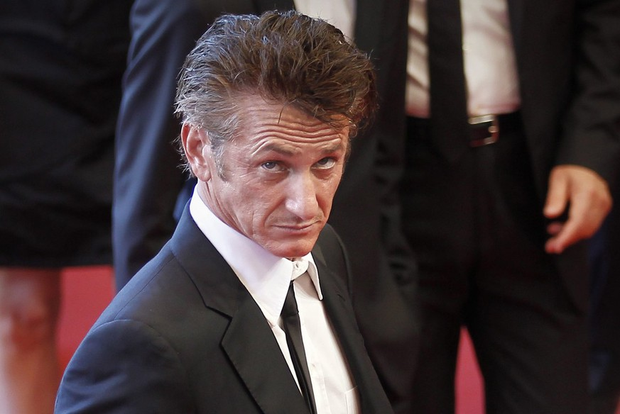 epa02743920 US actor Sean Penn arrives for the screening of 'This Must Be The Place' during the 64th Cannes Film Festival in Cannes, France, 20 May 2011. The movie by Italian director Paolo Sorrentino is presented in the Official Competition of the film festival, running from 11 to 22 May.  EPA/IAN LANGSDON