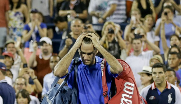 Roger Federer, of Switzerland, walks off the court after losing to Tommy Robredo, of Spain, during the fourth round of the 2013 U.S. Open tennis tournament, Monday, Sept. 2, 2013, in New York. (KEYSTONE/AP Photo/Darron Cummings)