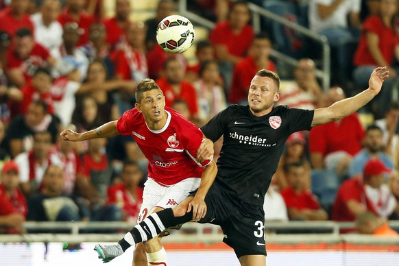 epa04849349 Thun's Stefan Glarner (R) in action against Maor Melikson (L) of Hapoel Beer Sheva during the UEFA Europa League second qualifying round first leg soccer match between Hapoel Beer Sheva and FC Thun at Teddy  Stadium in Jerusalem, Israel, 16 July 2015.  EPA/ABIR SULTAN