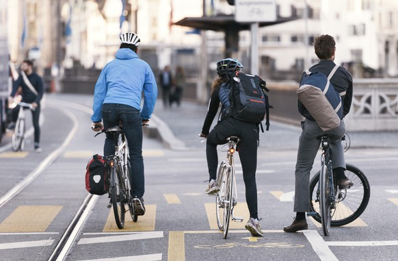 ARCHIV - ZUR MK DER STADT ZUERICH ZUR NEUEN PRAXIS FÜR DIE NUTZUNG DES TROTTOIRS DURCH VELOS STELLEN WIR IHNEN FOLGENDES BILDMATERIAL ZUR VERFUEGUNG - Cyclists on Limmatquai street in Zurich, Switzerland, on April 10, 2017. (KEYSTONE/Christian Beutler)