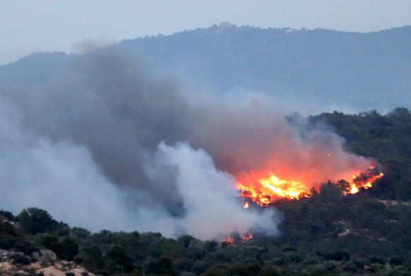 epa07676348 A general view of a forest fire burning in the municipality of Ribera d'Ebre, in Tarragona, Catalonia, northeastern Spain, 26 June 2019 (issued 27 June 2019). The forest fire, which started last evening, burnt at least 4,000 hectares and it is out of control, according to firefighter sources on 27 June.  EPA/JAUME SELLART