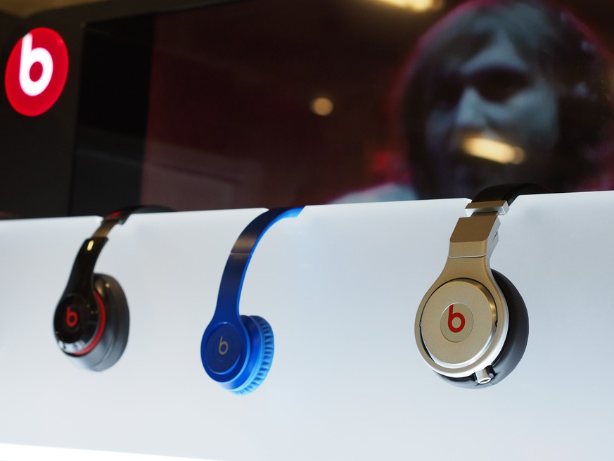 Beats headphones made by Beats Electronics are seen on display in Los Angeles, CA on May 9, 2014.  Tech giant Apple is reportedly close to purchasing the audio equipment maker and music-streaming service co-founded by rap artist Dr Dre. In a deal that could be worth some 3.2 billion USD, Dr. Dre is poised to become the first billionaire hip-hop artist. AFP PHOTO / ROBYN BECK