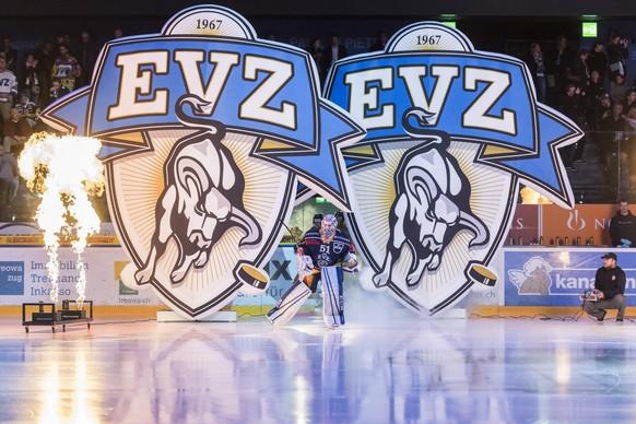 Zugs Goalie Tobias Stephan laeuft aufs Eis, vor dem sechsten Eishockey Playoff-Finalspiel der National League A zwischen dem EV Zug und dem SC Bern, am Montag, 17. April 2017 in der in der Bossard Arena in Zug. (KEYSTONE/Ennio Leanza)