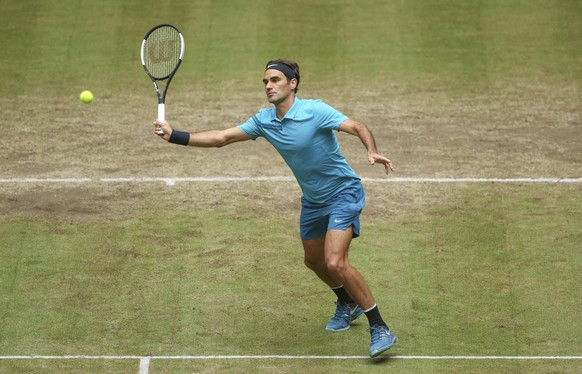 Roger Federer returns the ball to Denis Kudla during their semi final match at the Gerry Weber Open ATP tennis tournament in Halle, Germany, Saturday, June 23, 2018. (Friso Gentsch/dpa via AP)