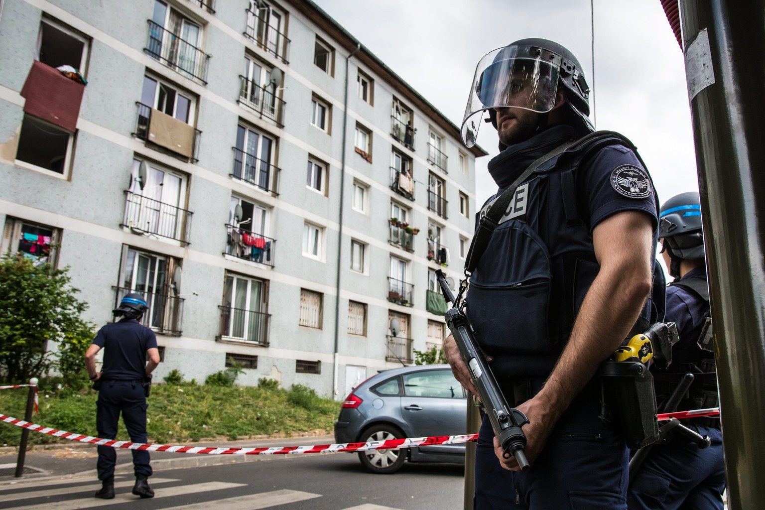 epa05435191 Police officers patrol a security perimeter during police operations in the Val Notre Dame neigborhood in Argenteuil, near Paris, France, 21 July 2016. According to reports, the operation is not linked to the Nice truck attack.  EPA/CHRISTOPHE PETIT TESSON