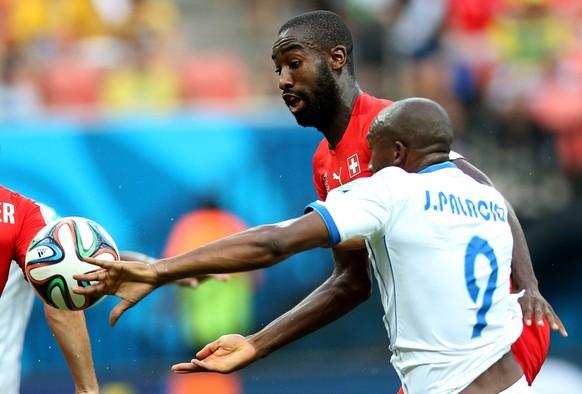 25.06.2014; Manaus; Fussball - WM Brasilien 2014 - Schweiz - Honduras; Johan Djourou gegen Jerry Palacios  (Li Ming/Zuma Sports Wire/freshfocus)