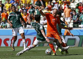 Arjen Robben (2nd R) of the Netherlands is challenged by Mexico's Hector Moreno (L) and Rafael Marquez during their 2014 World Cup round of 16 game at the Castelao arena in Fortaleza June 29, 2014. No foul was called.        REUTERS/Marcelo Del Pozo (BRAZIL  - Tags: SOCCER SPORT WORLD CUP)         TOPCUP