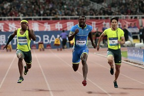 Justin Gatlin (C) of the U.S. runs ahead of Su Bingtian (R) of China and Michael Rodgers of the U.S. to win the men's 100m race at the IAAF Diamond League Athletics in Shanghai