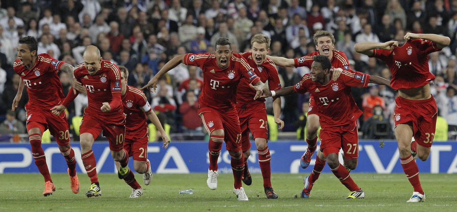 epa03196145 Bayern Munich's players celebrate at the end of their Champions League semi final second leg soccer match against Real Madrid at Santiago Bernabeu stadium in Madrid, central Spain, 25 April 2012.  EPA/JUANJO MARTIN