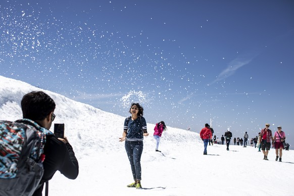 epa07674790 Tourists enjoy the summer temperatures on the Titlis mountain, near Engelberg, Switzerland, 26 June 2019. Europe is bracing itself for a heatwave, as forcasters predict temperatures are expected to climb above 40 degrees Celsius in some areas due to The exceptionally hot air that has arrived from the Sahara.  EPA/ALEXANDRA WEY