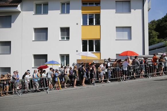 Festival visitors wait in the queue for the Gurtenbahn, at the first day of the Gurten music open air festival in Bern, Switzerland, Thursday, July 16, 2016. (KEYSTONE/Peter Klaunzer)