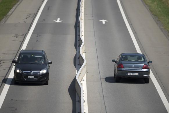 Die im letzten Jahr aus sicherheitsgruenden erstellten Mittelleitblanken auf der Autostrasse A8 zwischen Alpnach und Sarnen verformen sich durch die steigenden Temperaturen, aufgenommen am Dienstag, 7. Juli 2015. Die Verformungen waren aber auch schon vor der Hitzenperiode zu sehen. (KEYSTONE/Urs Flueeler)
