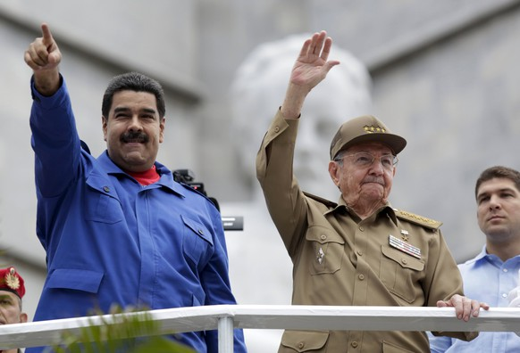 Venezuela's President Nicolas Maduro (L) and Cuba's President Raul Castro attend a May Day parade in Havana May 1, 2015. International Workers' Day, also known as Labour Day or May Day, commemorates the struggle of workers in industrialised countries in the 19th century for better working conditions. REUTERS/Enrique De La Osa