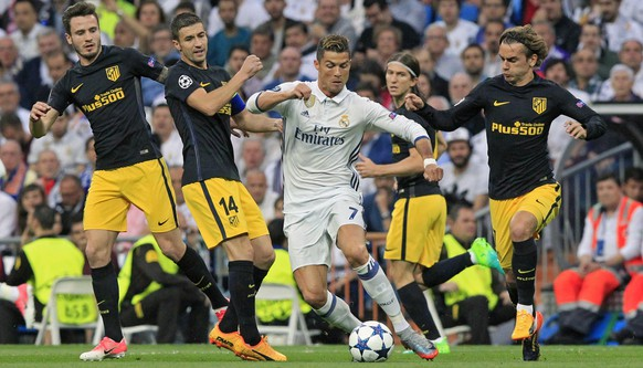 epa05941088 Real Madrid's Cristiano Ronaldo (C) controls the ball during the UEFA Champions League semifinal first leg soccer match between Real Madrid and Atletico Madrid at the Santiago Bernabeu stadium in Madrid, Spain, 02 May 2017.  EPA/Victor Lerena