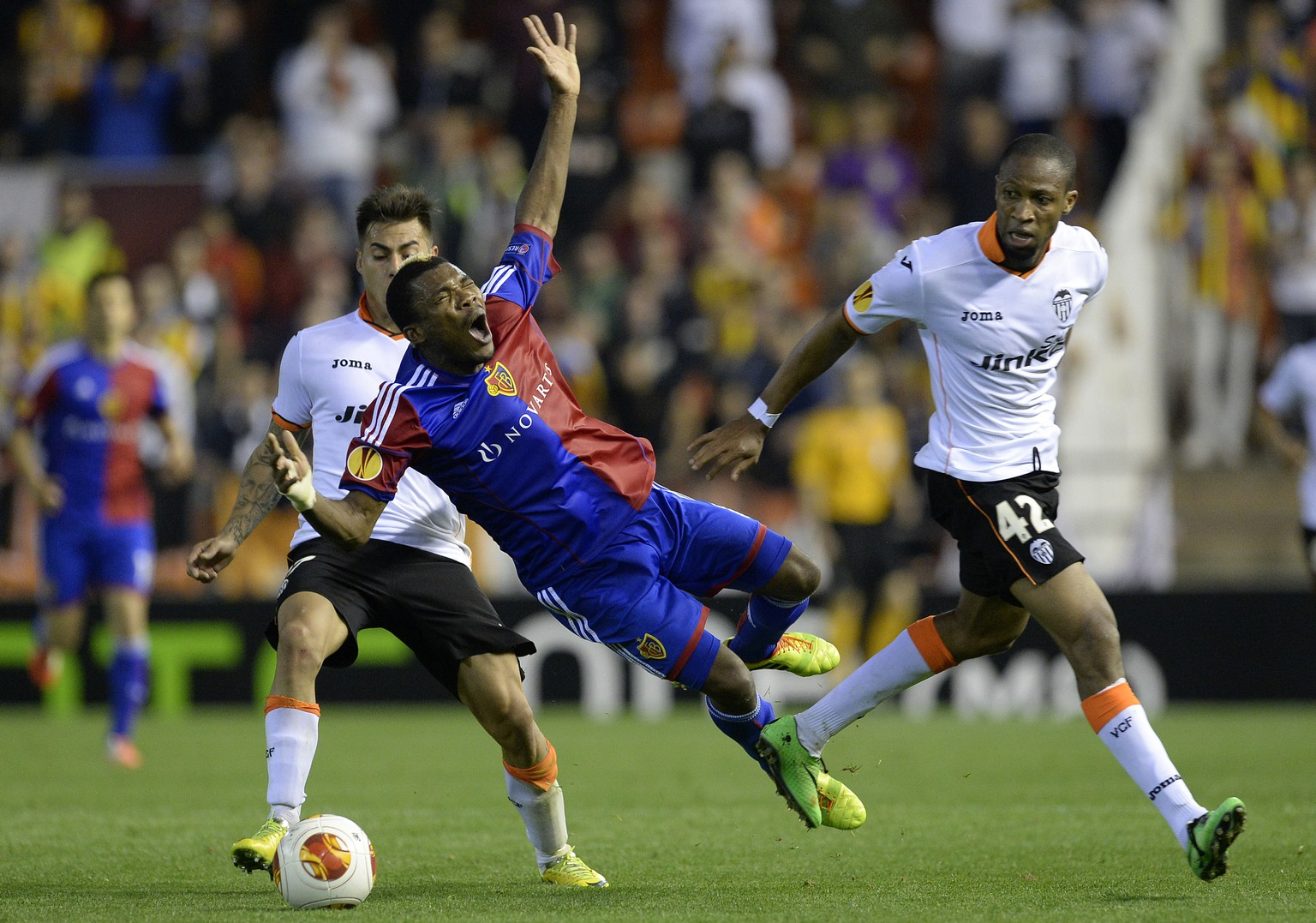 Basel's Geoffroy Serey Die, center, fights for the ball against ValenciaÕs Eduardo Vargas, left, and ValenciaÕs Seydou Keita, right, during the UEFA Europa League quarter final second leg soccer match between Spain's Valencia CF and Switzerland's FC Basel 1893 at the Mestalla stadium in Valencia, Spain, on Thursday, April 10, 2014. (KEYSTONE/Georgios Kefalas)