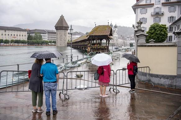 Die ersten Wasseruebertritte an der Reuss in Luzern sind erfolgt, am Freitag, 16. Juli 2021, in Luzern. Der Wasserspiegel des Vierwaldstaettersees ist bedrohlich hoch angestiegen und es muss in den naechsten Tagen mit Ueberschwemmungen gerechnet werden. (KEYSTONE/Urs Flueeler)