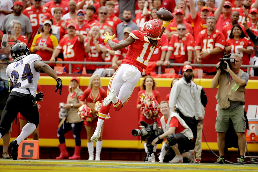 Kansas City Chiefs wide receiver Demarcus Robinson (11) makes a one-handed touchdown catch in front of Baltimore Ravens cornerback Brandon Carr (24) during the first half of an NFL football game in Kansas City, Mo., Sunday, Sept. 22, 2019. (AP Photo/Charlie Riedel)