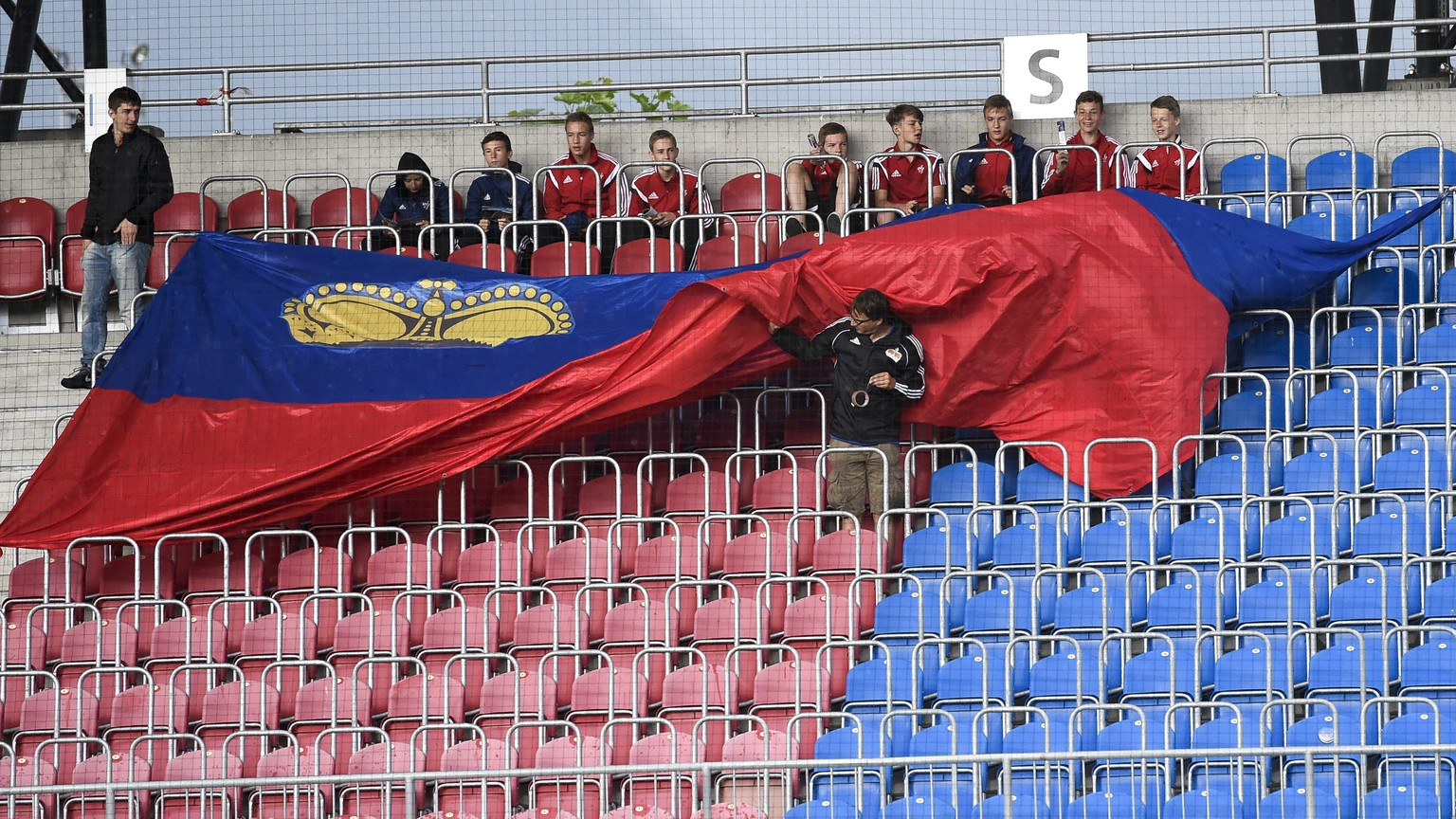 Fans of Liechtenstein unroll a flag during an UEFA Euro 2016 Qualifying group G soccer match between Liechtenstein and Moldova, on Sunday, June 14, 2015, in the Rheinpark stadium in Vaduz, Liechtenstein. (KEYSTONE/Gian Ehrenzeller)