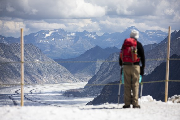 Ein Tourist schaut vom Jungfraujoch auf den Aletschgletscher, am Samstag, 15. August 2020. (KEYSTONE/Peter Klaunzer)