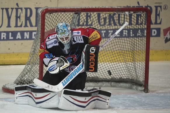 Fribourgs Goalie Benjamin Conz in Aktion beim Eishockey Meisterschaftsspiel der National League A zwischen dem HC Fribourg-Gotteron und dem Lausanne HC, LHC, am Freitag, 12. Dezember 2014, in der BCF Arena in Fribourg. (KEYSTONE/Marcel Bieri)