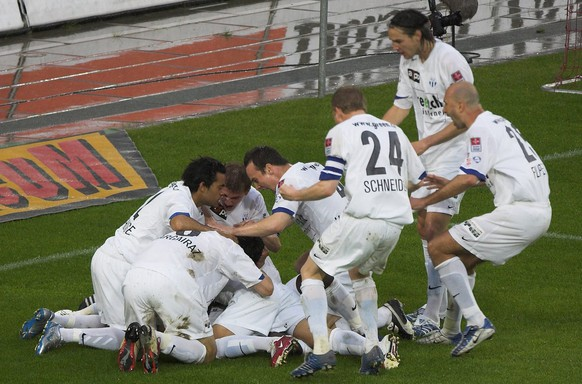 Die Zuercher Spieler jubeln ueber die 0-1 Fuehrung im Fussballspiel der Super League zwischen dem FC Basel und FC Zuerich am Samstag, 13. Mai 2006, in Basel. (KEYSTONE/Patrick Straub)