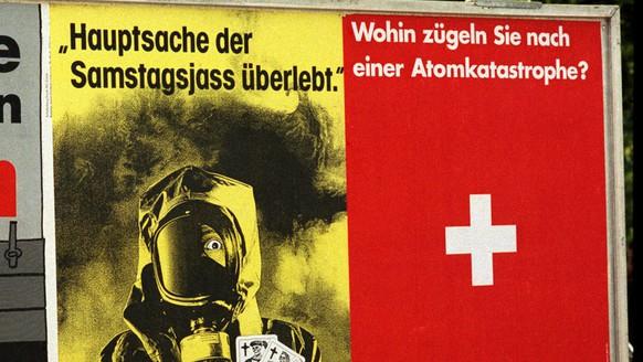 Plakate zu den Eidgenoessischen Abstimmungen ueber den Energie-Artikel, die AKW-Ausstiegs-Initiative, die AKW-Moratoriums-Initiative und das Strrassenverkehrsgesetz, aufgenommen am 15. September 1990. (KEYSTONE/Str)