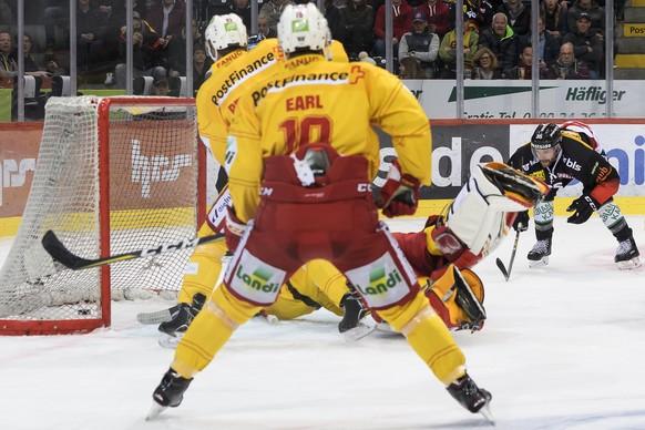 Berns Andrew Ebbett, jubelt nach seinem Tor (2-0) gegen Biels Goalie Jonas Hiller, im dritten Eishockey Playoff-Halbfinalspiel der National League zwischen dem SC Bern und dem EHC Biel, am Samstag, 30. Maerz 2019, in der PostFinance Arena in Bern. (KEYSTONE/Anthony Anex)