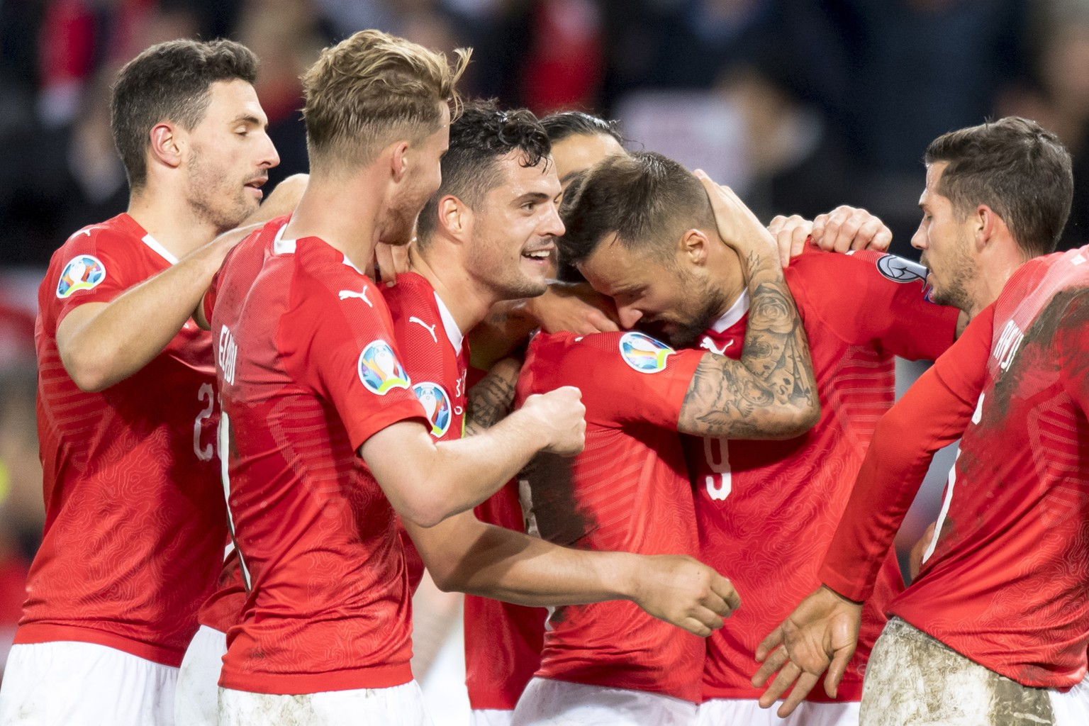 epa07923678 Switzerland's players celebrate the win after the UEFA Euro 2020 qualifying Group D soccer match between Switzerland and the Republic of Ireland, at the Stade de Geneve, in Geneva, Switzerland, 15 October 2019.  EPA/LAURENT GILLIERON