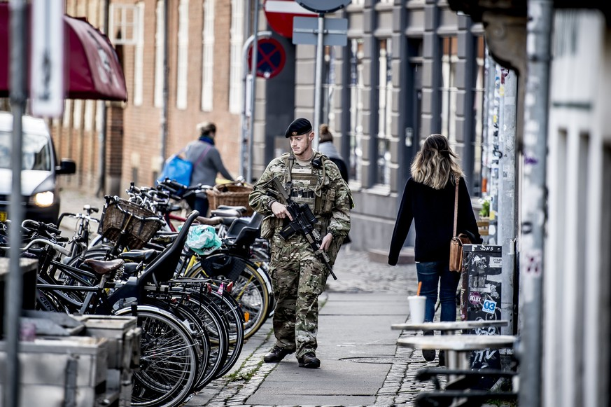 epa06234174 A Danish soldier guarding near the Jewish Synagogue in Copenhagen, Denmark, 29 September 2017. Starting 29 September armed soldiers from the Danish Armed Forces (Forsvaret) will replace police officers at both Denmark's southern border to Germany and at potential terror targets in Copenhagen.  EPA/Mads Claus Rasmussen  DENMARK OUT