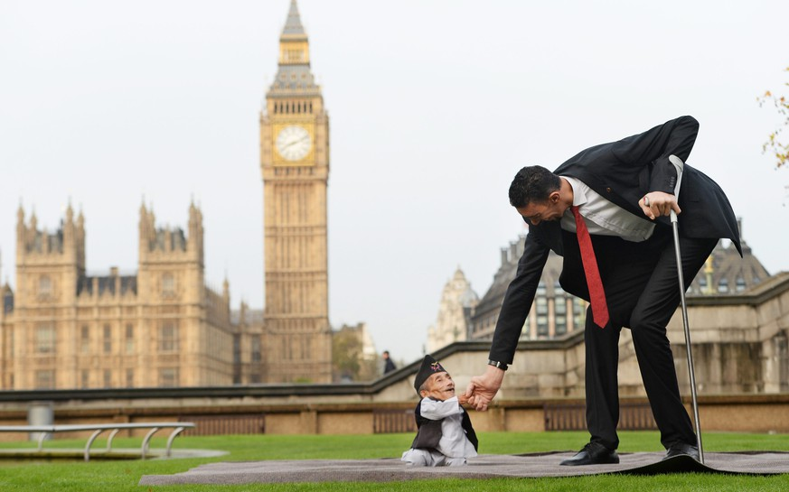 epa04487637 Chandra Bahadur Dangi (L) from Nepal and Sultan Kosen from Turkey pose for photographers during a photocall for the Guinness World Records in London, Britain, 13 November 2014. Dangi (54.6 cm) is considered the smallest living person and Kosen (251 cm) is a Turkish farmer who holds the Guinness World Record for tallest living male.  EPA/FACUNDO ARRIZABALAGA