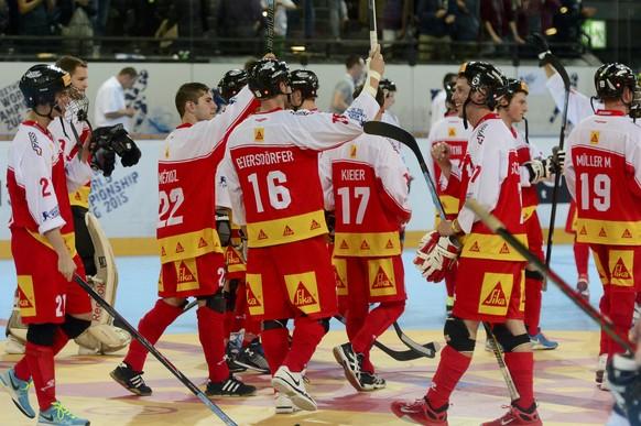 Die Schweizer feiern den 1:0 Sieg nach dem Streethockey Weltmeisterschaftsspiel zwischen der Schweiz und den Bermudas am Freitag, 19. Juni 2015, in der Eisarena in Zug. (KEYSTONE/Urs Flueeler)
