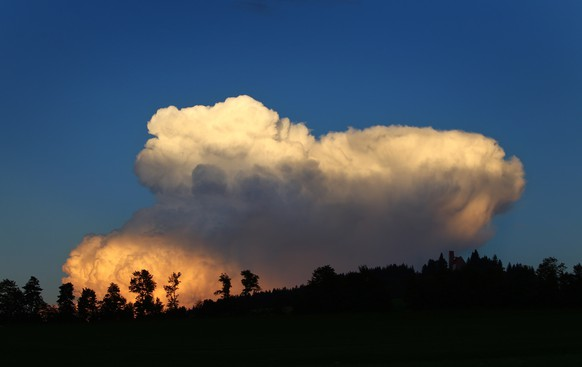 Setting sun illuminates cumulus clouds in Bernbeuren, southern Germany, on September 8, 2014.             AFP PHOTO / DPA / KARL-JOSEF HILDENBRAND / GERMANY OUT