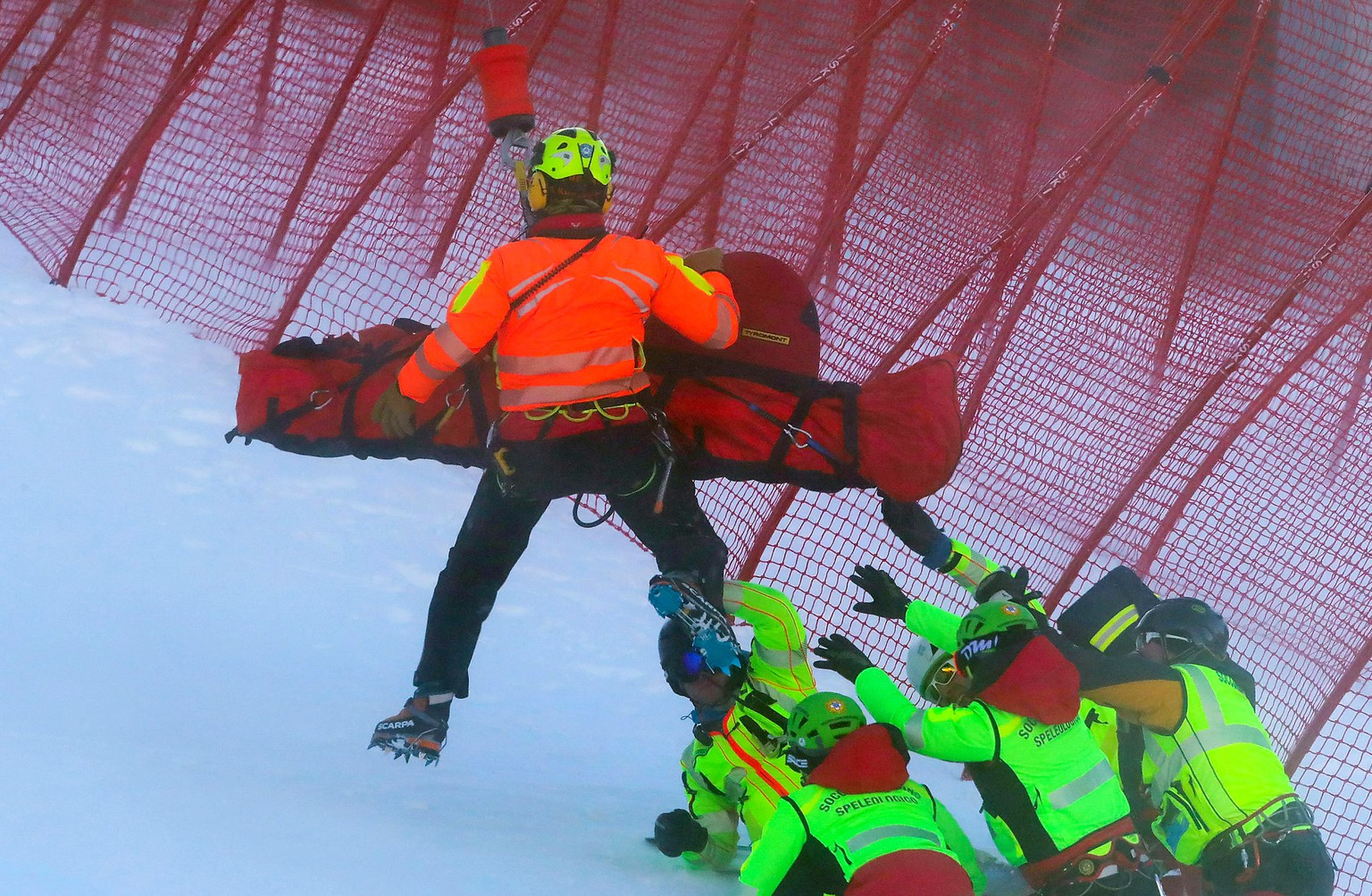epaselect epaselect epa08093713 Hannes Reichelt of Austria is lifted on a helicopter after crashing during the Men's Downhill race at the FIS Alpine Skiing World Cup in Bormio, Italy, 28 December 2019. Reichelt was seriously injured in the Downhill race. According to reports on 29 December 2019, he suffers from a tear of the anterior cruciate ligament.  EPA/ANDREA SOLERO