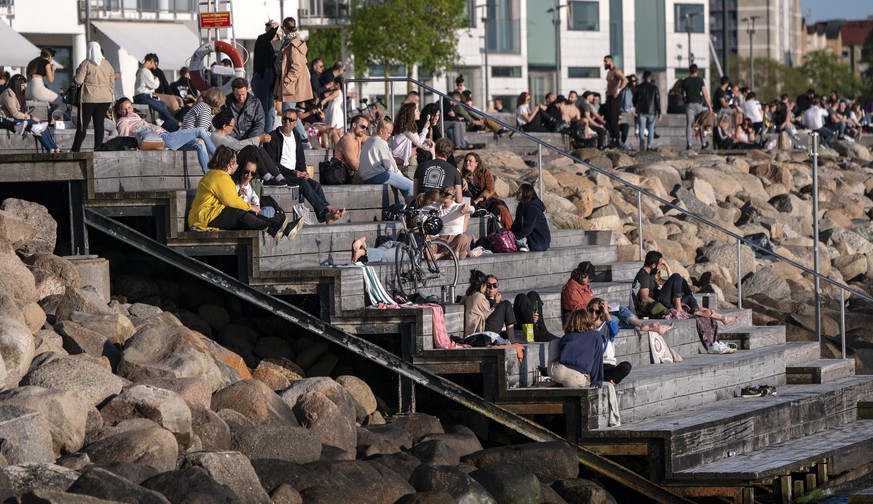 epa08445646 People enjoy the warm evening at Sundspromenaden in Malmo, Sweden, 26 May 2020.  EPA/Johan Nilsson SWEDEN OUT
