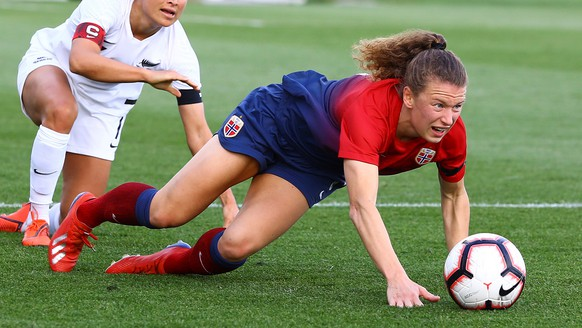 epa07494947 Norway's Synne Hansen (R) vies for the ball against New Zeland's Ali Riley (L) during a friendly match between Norway and New Zeland at Marbella Football Center in Marbella, Andalusia, Spain, 09 April 2019.  EPA/Alvaro Cabrera