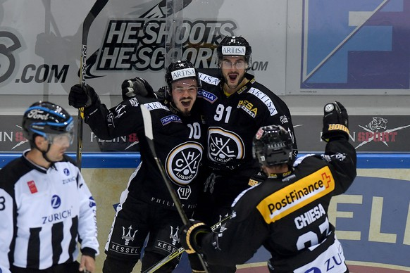Lugano's player Alessio Bertaggia, left, celebrateS the 2 - 0 goal with Lugano's player Julian Walker, center, and Lugano's player Alessandro Chiesa, right, during the preliminary round game of National League Swiss Championship 2017/18 between HC Lugano and ZSC Lions, at the ice stadium Resega in Lugano, Switzerland, Friday, September 15, 2017 (KEYSTONE/TI-PRESS/Samuel Golay)