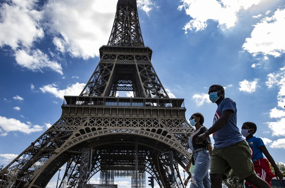 epaselect epa08629174 A family wearing protective face masks walk near the Eiffel Tower, in Paris, France, 27 August 2020. French Prime Minister Jean Castex has announced that measures are being taken to enforce mask-wearing across the entire city of Paris, which has been declared a zone of 'active circulation' for the coronavirus SARS-CoV-2 which causes the Covid-19 disease. Cases in France have surged in recent weeks, with over 5000 new cases recorded in a 24 hour period.  EPA/IAN LANGSDON