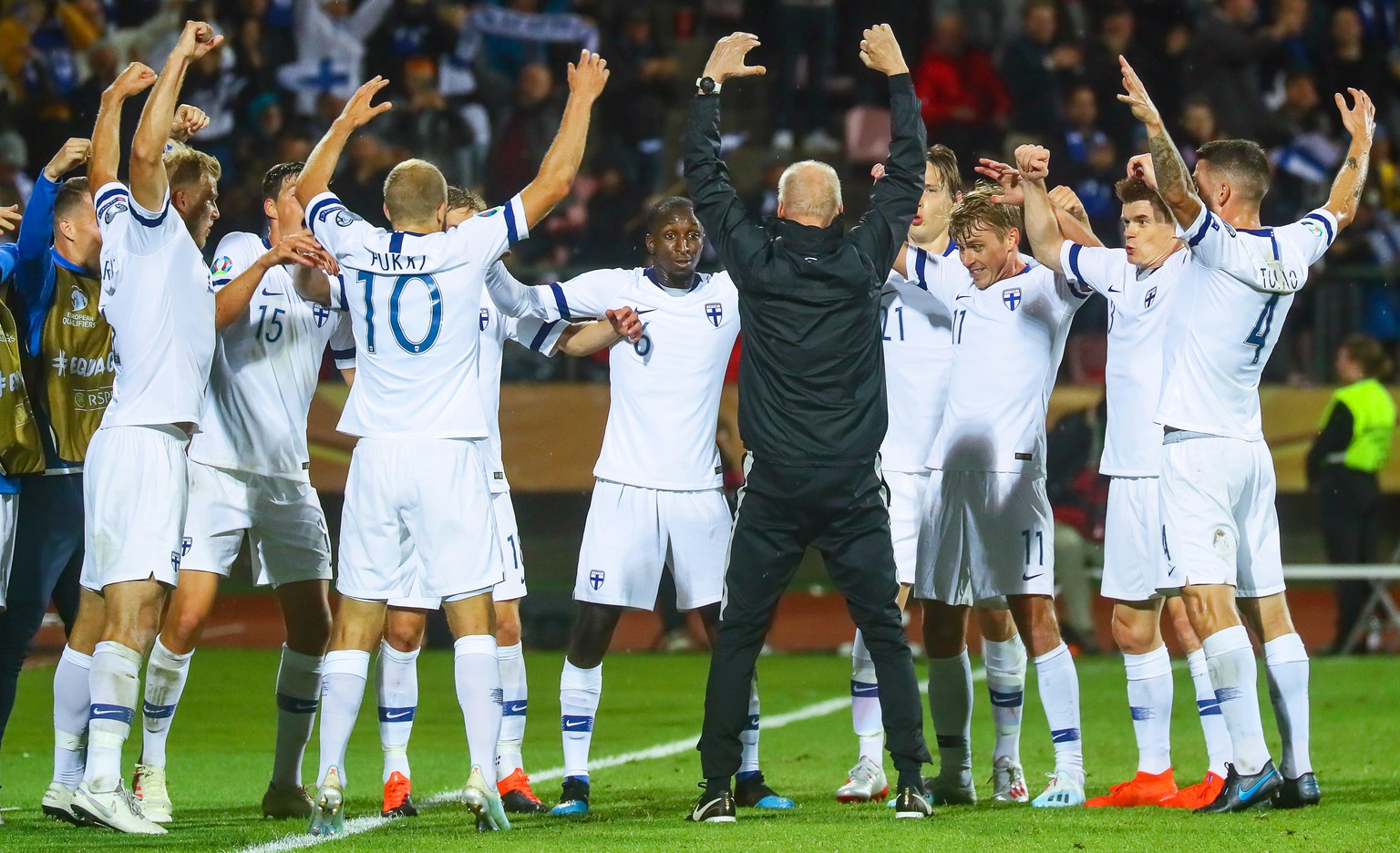 epa07828738 Teemu Pukki (C-L) of Finland celebrates with teammates after scoring the 1-1 equalizer from the penalty spot during the UEFA EURO 2020 group J qualifying soccer match between Finland and Italy in Tampere, Finland, 08 September 2019.  EPA/MAURI RATILAINEN